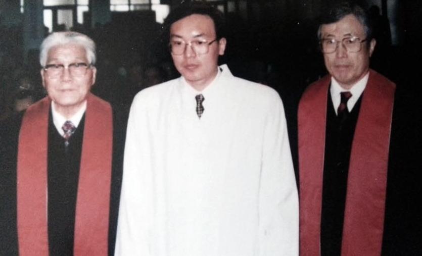 박대선 전 연세대 총장(왼쪽)과 이계준(85·신반포감리교회 원로목사) 연세대 명예교수가 손원영 교수에게 목사 안수를 주고 있다.