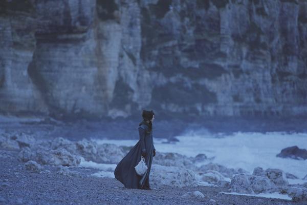 '의심이 많을 때, 모든 것이 어렴풋할 때, 쪽빛하늘 한 조각과 희망을 마음에 품는다.'