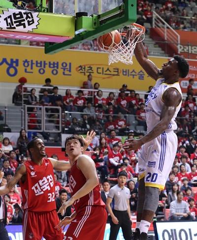 13일 고양실내체육관에서 열린 2016-2017 KCC 프로농구 4강 플레이오프 2차전 고양 오리온과 서울 삼성의 경기에서 삼성 라틀리프가 공을 받고 있다.