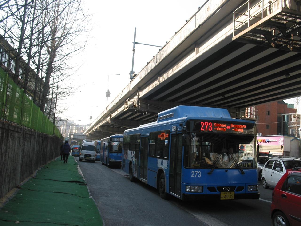 서울시내의 대표적인 장거리 노선 중 하나인 273번.