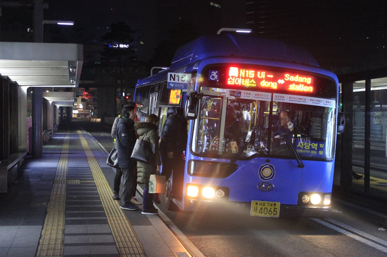 심야시간, 승객을 실어나르는 N15번의 모습. 시내버스는 24시간 서울시민의 발이 되어주고 있다. 시내버스는 누구의 편의를 위해서 존재해야 할까.