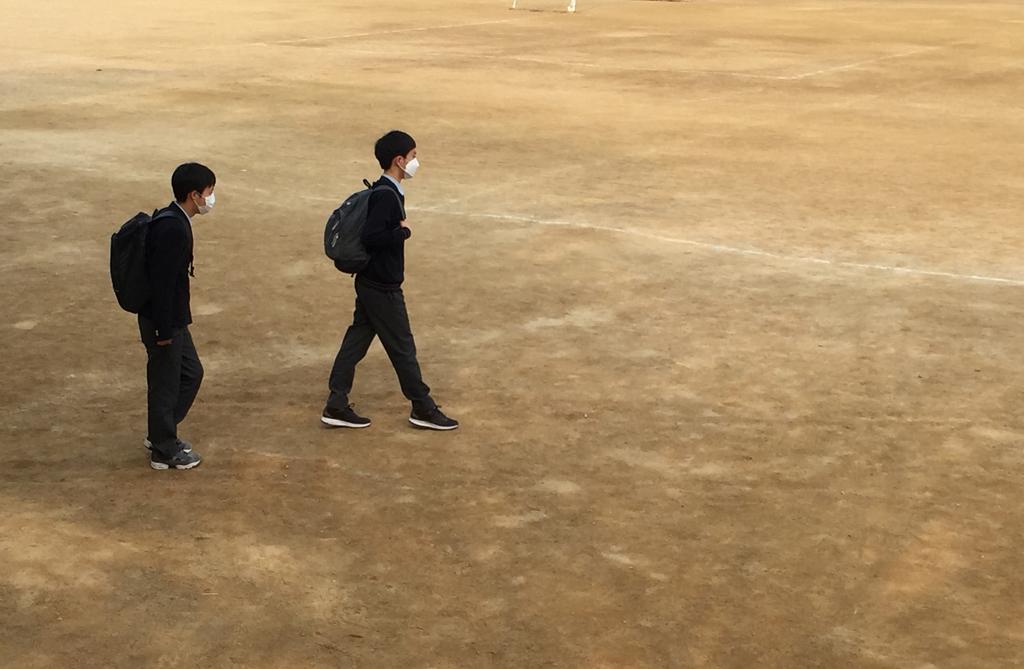 마스크를 착용한 학생들 13일 오후 4시 서울 A지역의 미세먼지(PM10)가 52㎍/㎥로 측정된 시간에 학생들이 마스크를 착용하고 하교하고 있다.