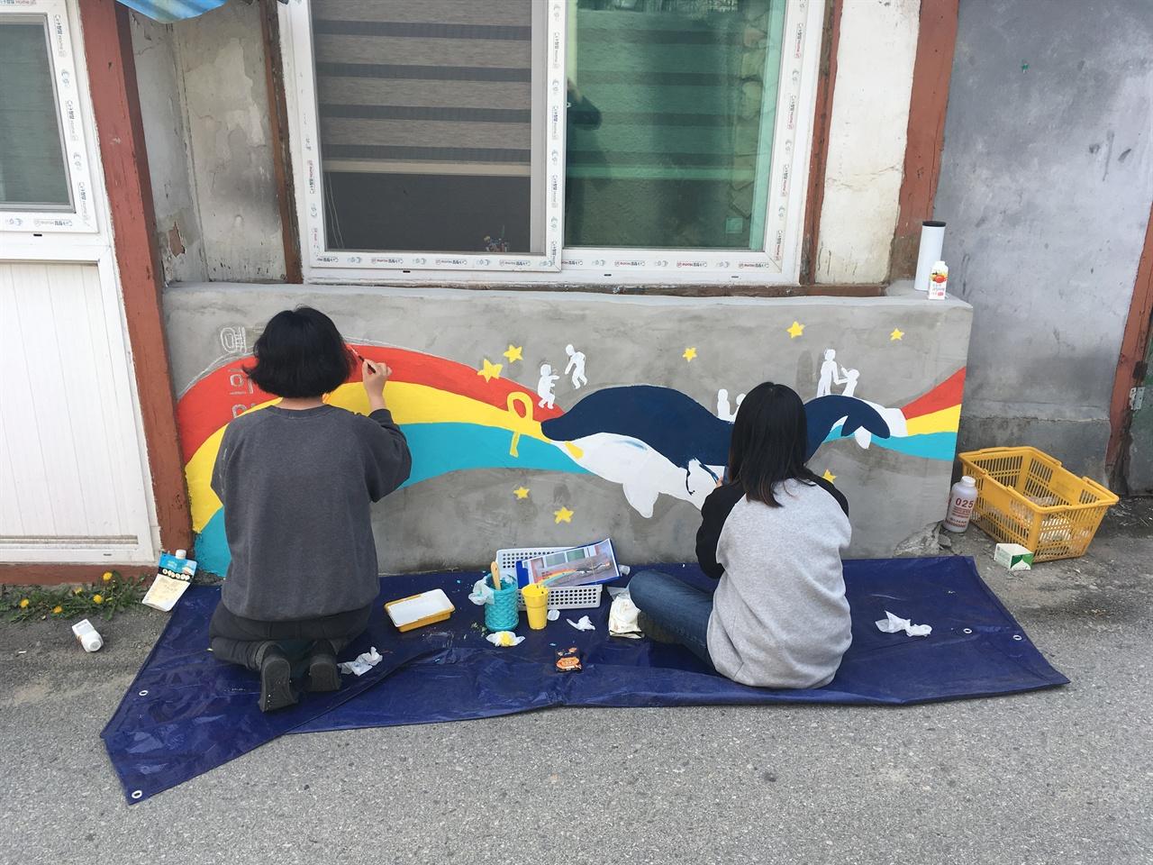 강릉 청년들이 강릉시 용강동 건물 외벽에 두 번째 벽화를 그리고 있다.