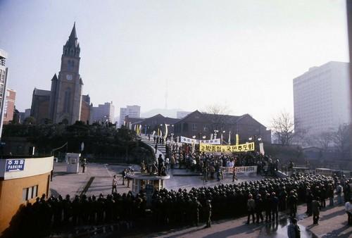 민주화 성지 명동성당. 오랜 군사독재 정권을 몰아내려고 수많은 사람들이 피를 흘렸습니다.