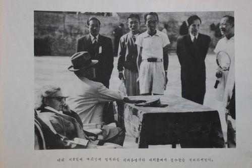 공보처에서 낸 1953년 전국체전 화보집에 나온 이승만 부부. 잘못 뽑은 대통령은 늘 사람들 위에 군림하려 했습니다.