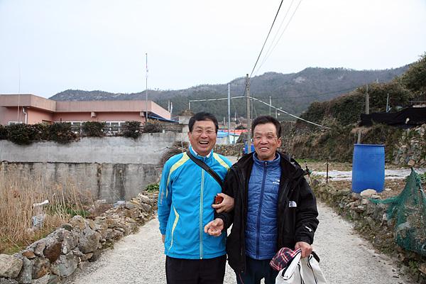 횡간도 마을을 돌아보다가 이재언연구원(왼쪽)의 깨복쟁이 친구를 만났다