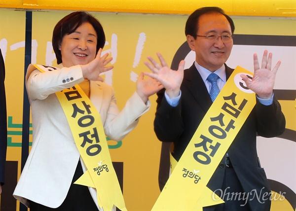 정의당 심상정 대선후보가 17일 오전 서울 구로디지털단지역 인근에서 열린 유세출정식에서 노회찬  국회의원과 함께 지지를 호소하고 있다.