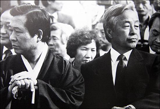 외면한 두김씨 1987년 대선을 앞둔 10월 고려대에서 열린 집회에서 서로 외면한 김대중과 김영삼 당시 야당 총재.