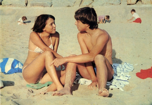 <해변의 폴린>의 한 장면. 폴린(아만다 랑글레)은 해변에서 만난 실뱅과 즐거운 시간을 보낸다.