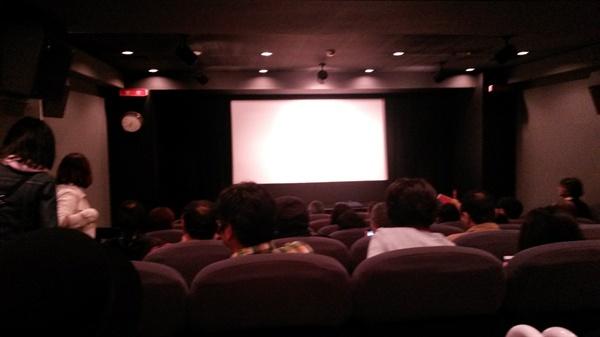 영화가 시작되기 전 극장의 모습. 약 60여 석의 좌석이 꽉 찼다.