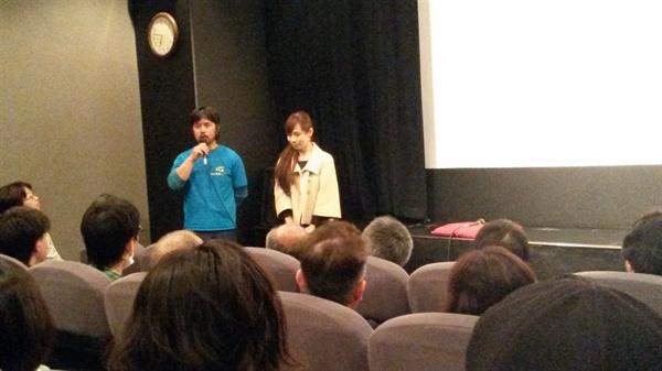 영화 시작에 앞서 가사이 감독(오른쪽)과 영화에 출연한 기무라씨가 인사하고 있다.
