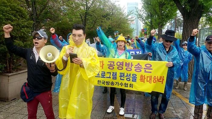 한국방송가수협회 회원들이 기자회견을 한 후 평화 행진을 하고 있다.