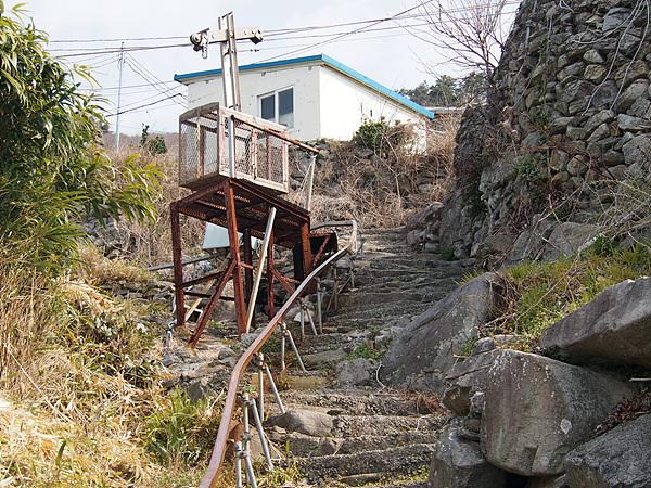 가파른 산중턱에 있는 마을까지 짐을 운반하기 위해 모노레일과 케이블카까지 설치된 광도 마을 모습