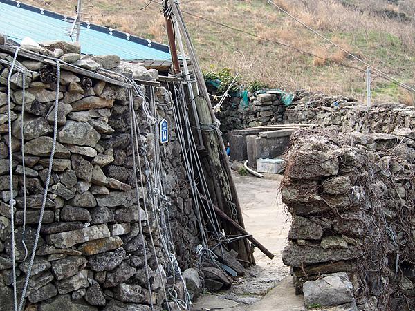 강풍에 날아가는 걸 막기 위해 밧줄이 드리워진  집 모습