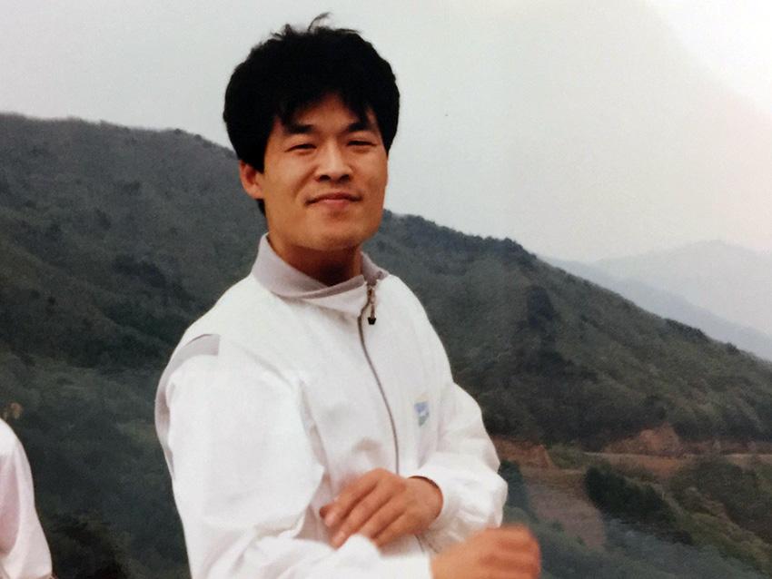 대학 시절. 의대 본과에 들어가기 전 학생운동을 하던 때 그는 베짱이로 불렸다. 앞장서서 구호를 외치기보단 집회 시작과 끝에 기타를 치고 노래를 불렀다.