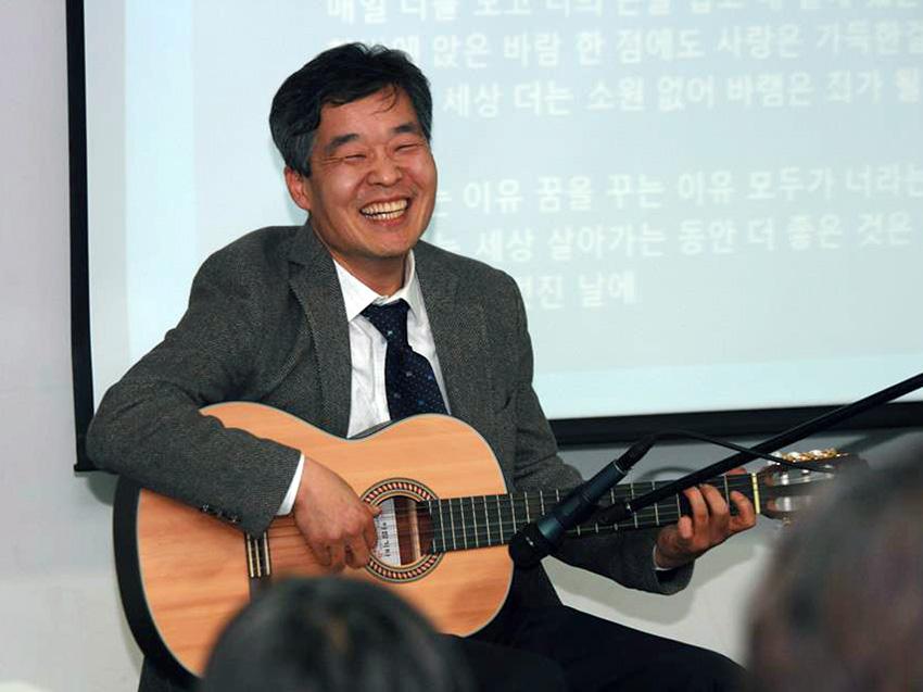 지금도 여러 탈핵행사에서 기타를 치고 노래를 부르는 김익중 교수의 모습을 종종 볼 수 있다.