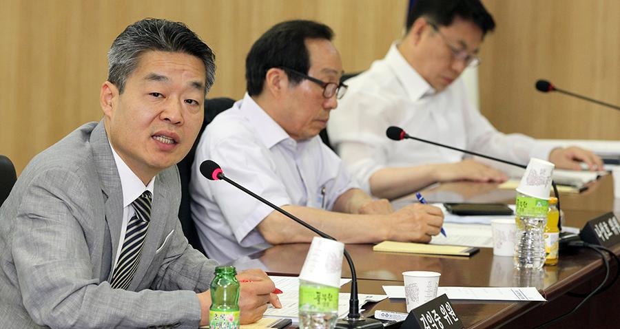 지난 3년 동안 원자력안전위원회 위원으로 활동한 김익중 교수. 그는 원전에 대해 비판적인 의견을 가진 소수의 위원으로 외로운 싸움을 했다.