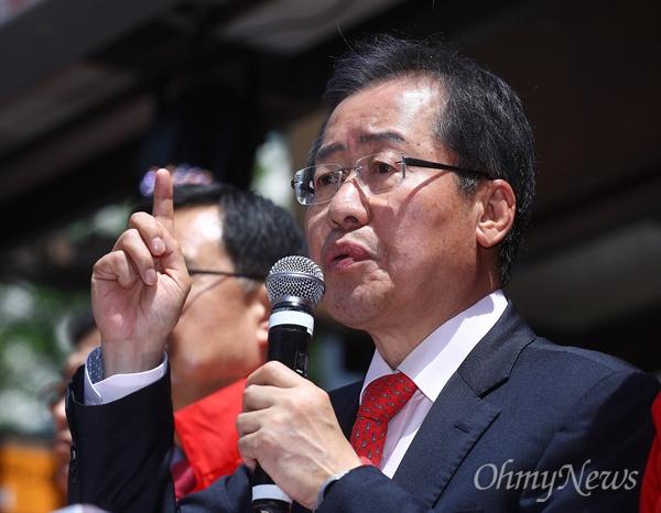 자유한국당 홍준표 대선후보가 18일 오후 부산 진구 서면 천우장 일대에서 집중유세를 펼치고 있다.