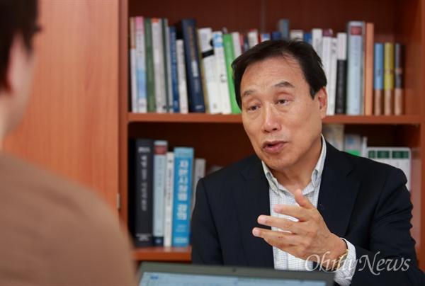 문재인 더불어민주당 대선후보측 김광두 새로운대한민국위원회 위원장.