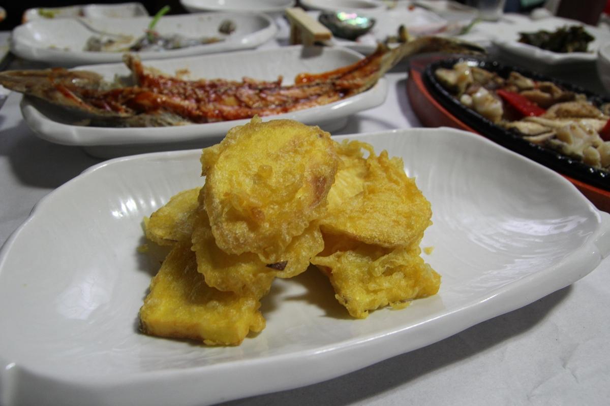 담백한 맛의 양태찜과 표고버섯전복볶음에 고소한 고구마튀김이 이어진다.