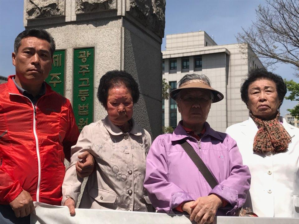 제주4.3 당시 불법 군사재판에 대한 재심청구 기자회견 4월 19일 제주4.3도민연대와 제주4.3 수형인들이 제주4.3당시 불법 군사재판에 대한 재심청구 서류를 제출하기 전 기자회견 하고 있다 오른쪽부터 오희춘(33년생), 박순석(28년생), 김경인(32년생), 고봉기(도민연대 관계자)