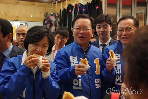 추미애 더불어민주당 대표가 19일 오후 서문시장을 방문해 상인들을 만난 뒤 한 상인이 건넨 호떡을 맛있게 받아 먹고 있다.