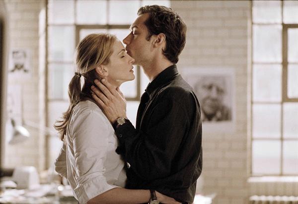 짝이 있으면서도 낯선 사랑에 빠져버리는 두 사람.