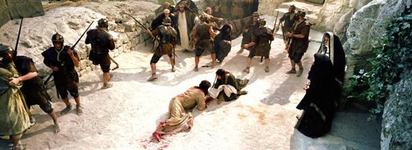 <패션 오브 크라이스트>에서 예수는 로마 군인에게 모진 고문을 받아 살점이 뜯겨져 나간다. 이 장면은 잔혹함의 극치다.