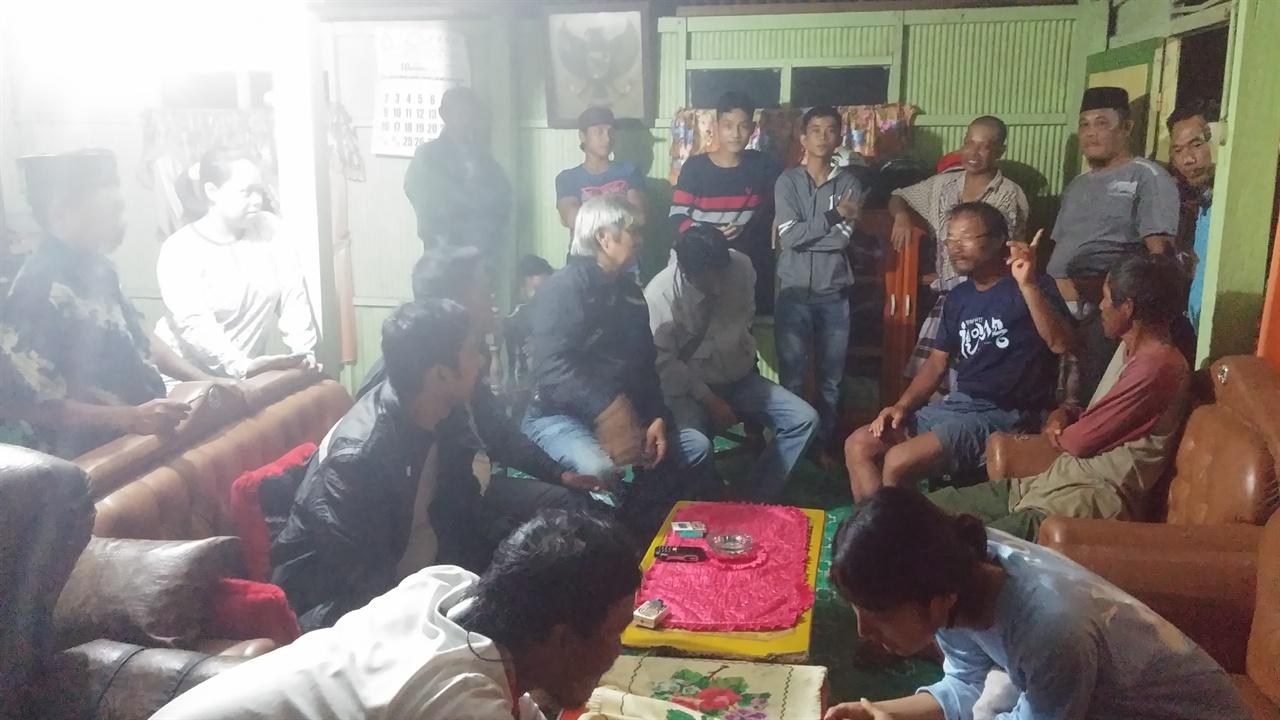 사복입은 인도네시아 경찰들과 구경하는 마을 사람들 경찰들이 우리들 사진을 찍길래 나도 양해를 구하고 찍었는데 긴장한 탓인지 흔들렸다. 경찰들은 분위기 좋게 돌아갔지만 나중에 자다가 말고 여권을 또 보여줘야했다.