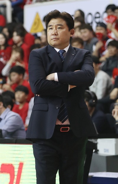 지난 14일 오후 울산 동천체육관에서 열린 2016-2017 KCC 프로농구 4강 플레이오프 3차전 울산 모비스와 안양 KGC의 경기. 안양 김승기 감독이 경기를 지켜보고 있다.