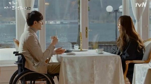 tvN <디어 마이 프렌즈>에서 배우 조인성은 장애를 가진 서연하 역을 맡아 연기한다. 노희경 작가는 <그 겨울 바람이 분다>나 <괜찮아 사랑이야> 등 자신이 집필한 드라마에서 장애를 가진 캐릭터를 꾸준히 등장시키고 있다.