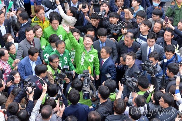 안철수 국민의당 제19대 대통령 후보가 20일 오후 서울 중구 남대문시장에서 유세를 펼치고 있다.