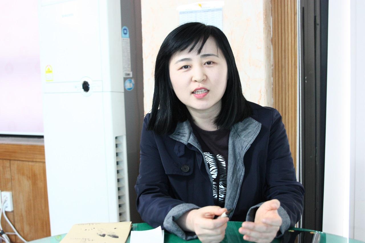 발달장애인에 대한 직업훈련을 담당하는 '포스트 잡 이지영(44세)교사의 모습