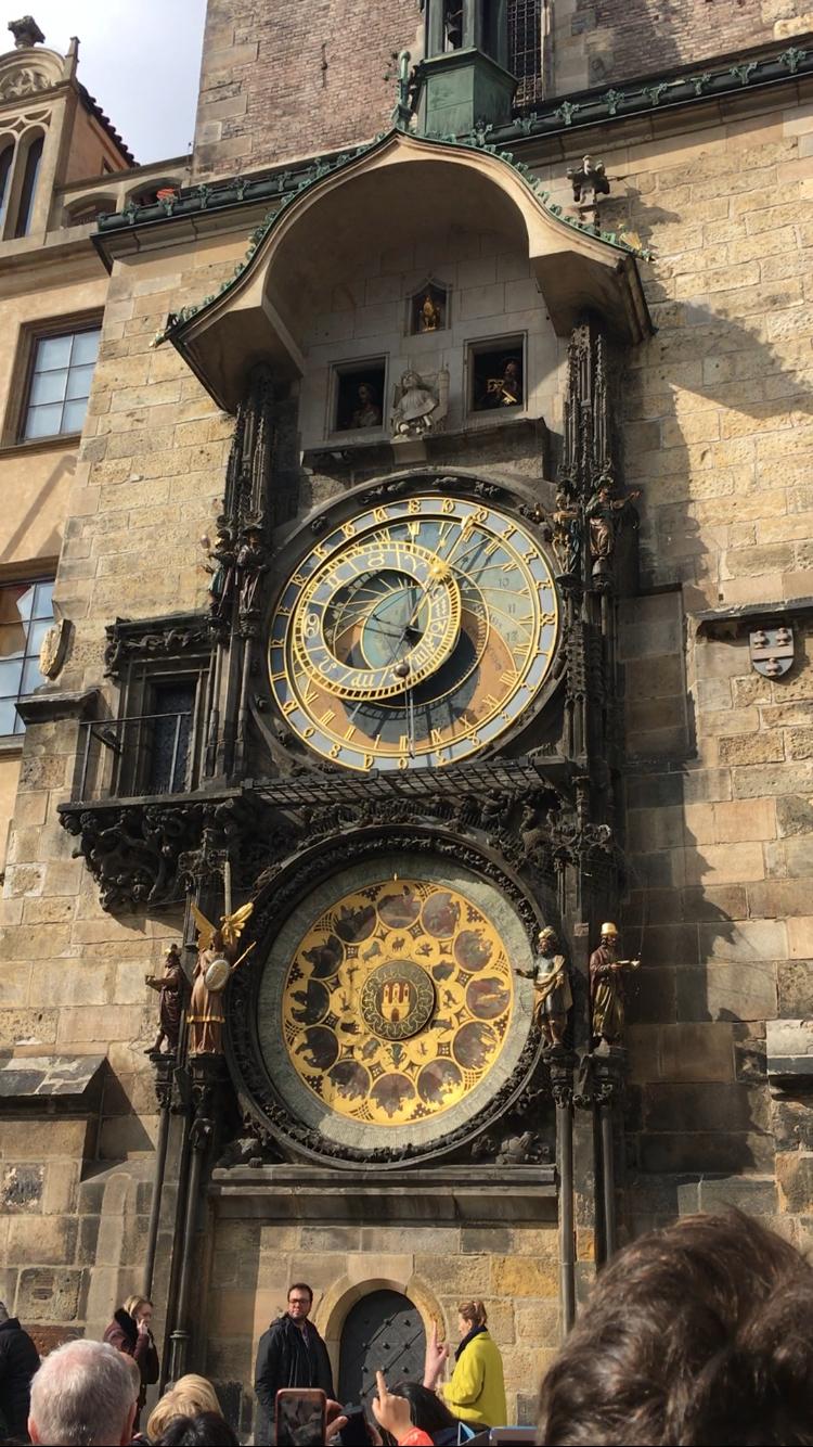1338년에 건축된 구시청사 남쪽 벽의 천문시계(1410년)는 세계에서 세 번째로 만들어졌고, 현재 작동되는 것 가운데는 가장 오래됐다고 한다.