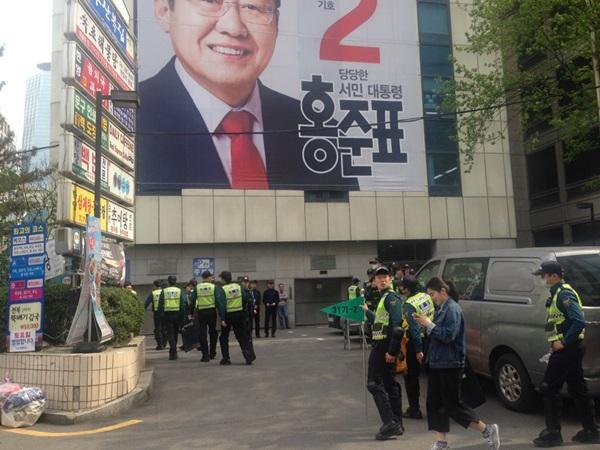 같은 날인 21일 자유한국당 당사 앞은 한산했다.