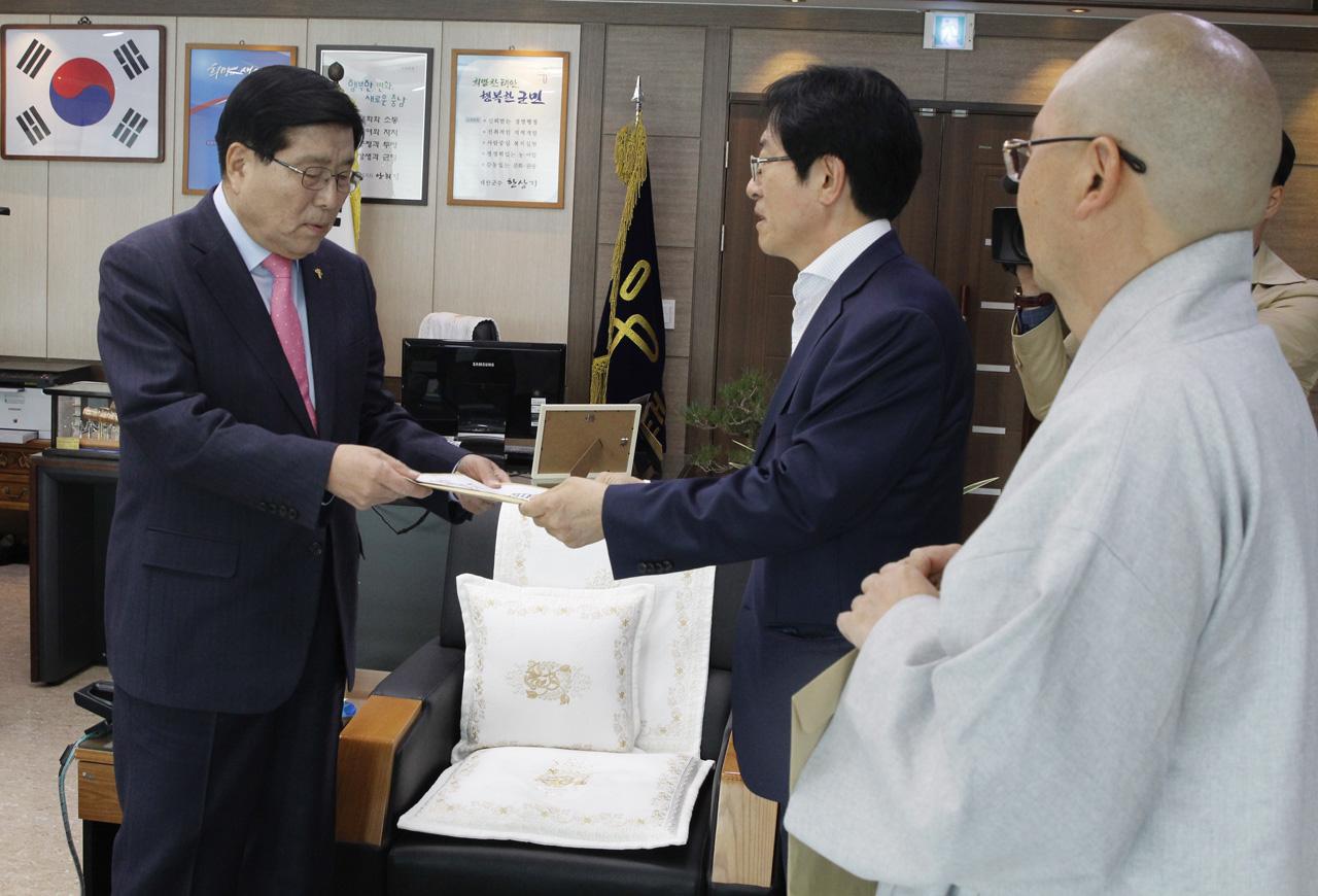 남현우 공동대표가 한상기 태안군수에게 대기오염측정소 10개 이상 설치 등 8가지 요구사항이 담긴 요구서를 전달하고 있다.