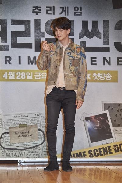 28일 시작하는 JTBC 추리예능 <크라임씬3>의 출연자 김지훈이 포토타임에 응하고 있다. JTBC <크라임씬3>은 2014년 한국 최초의 추리예능으로 시작해 마니아를 거느리고 있는 <크라임씬> 시리즈의 세 번째 작품으로 살인사건 속에서 플레이어들이 직접 사건과 관련된 인물이 되는 롤플레잉(Role-Playing) 게임예능이다.