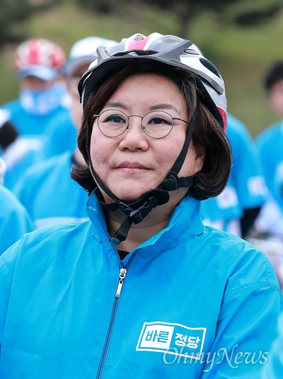 이혜훈, 자전거 유세단 발대식 참석 바른정당 이혜훈 의원이 21일 오후 여의도 국회 둔치에서 열린 '유승민 후보 희망페달 자전거 유세단 발대식'에 참석해 자전거 헷멧을 쓰고 있다.