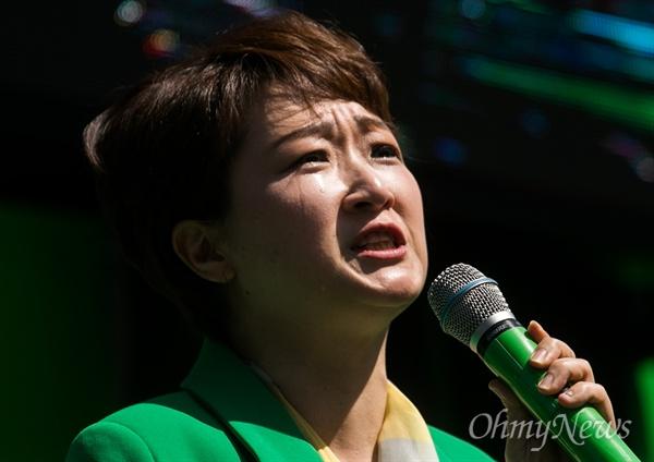 국민의당 이언주 의원이 23일 오후 서울 중구 세종문화예술회관 옆 계단에서 열린 안철수 후보 지지발언을 하며 눈물을 흘리고 있다.