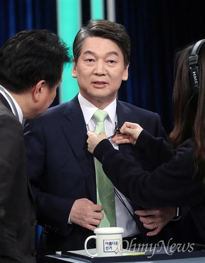 TV토론 준비하는 안철수 후보 안철수 국민의당 후보가 23일 오후 서울 여의도 KBS에서 열린 중앙선관위 대선후보 초청 1차 토론회에서 참석하고 있다.