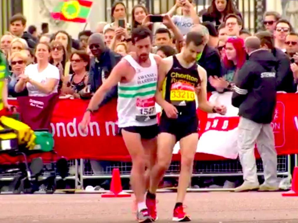 2017 런던 마라톤에서 데이비드 와이어스를 부축하는 매튜 리스