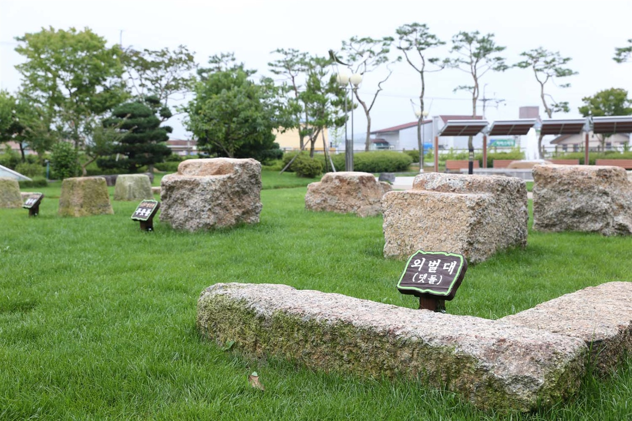 보성군청 마당에 전시돼 있는 열선루 주춧돌들. 열선루는 정유재란 때 수군철폐령을 받은 이순신이 '신에게는 아직 열두 척의 전선이 있다'는 장계를 쓴 곳으로 알려져 있다.