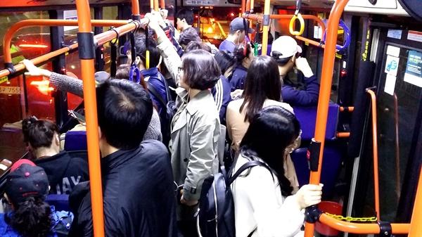 단축 보류 후 첫 번째 '불안한 첫 평일'을 맞은 753번의 내부 모습. 밤 10시에 가까운 시간이지만 많은 승객들이 탑승하고 있다.