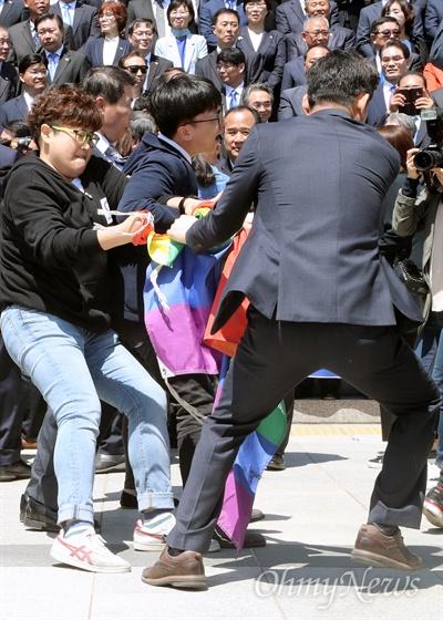 레인보우 깃발을 앞세운 성소수자 단체 회원들이 2017년 4월 26일 오전 국회 본관 앞 계단에서 문재인 더불어민주당 대선후보가 전날 TV토론에서 동성애 반대 뜻을 밝힌 것에 대해 사과를 요구하며 기습시위를 벌이자, 국회 방호과 직원들이 제지하고 있다.