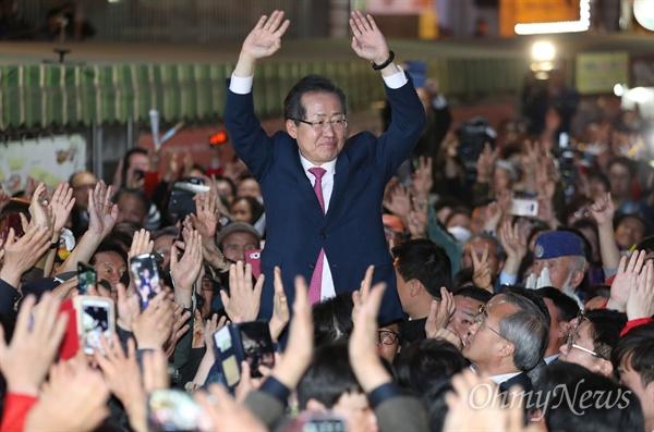 자유한국당 홍준표 후보가 26일 오후 대구 중구 서문시장에서 유세를 펼치고 있다.