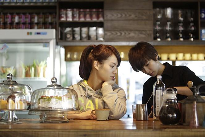 <카페, 한 사람을 기다리며>의 한장면