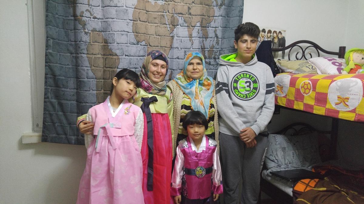 터키 친구 에멜이 입은 한복. 드라마를 통해 한국을 사랑하게된 에멜은 한복을 입고 무척 행복해했다.