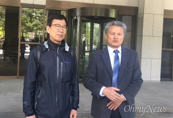 전자개표기를 사용한 18대 대선 무효라며 2013년 소송을 제기한 한영수·김필원(왼쪽부터)씨가 27일 대법원 선고 후 기자들에게 의견을 말하고 있다. 대법원은 변론기일 없이 4년여만에 선고기일을 열어 각하 판결을 했다. 박근혜 전 대통령이 이미 파면당해 소송의 실익이 없다는 이유였다.