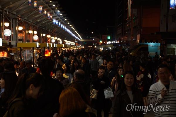 매일밤 열리는 서문시장 야시장의 풍경.