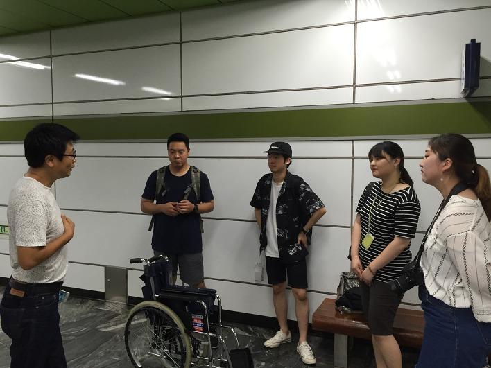지도 제작을 위해 지하철 역에서 회의 중인 계원예대 학생들